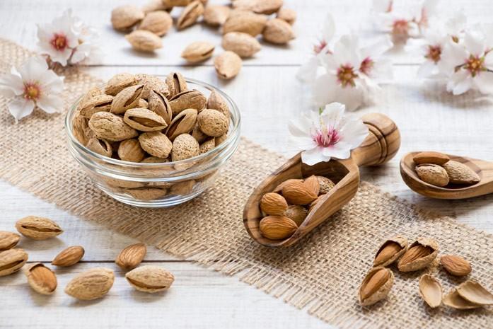 Миндальные орешки с цветками