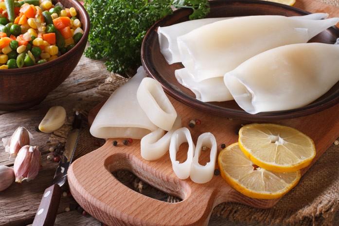 отварные или сырые кальмары для салата