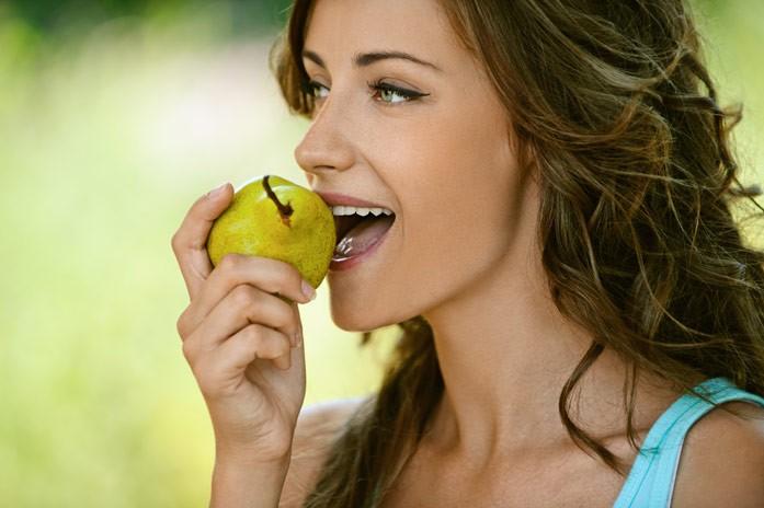 девушка кусает грушу