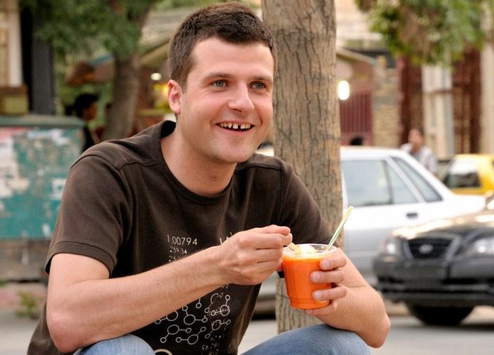 мужчина пьет морковный фреш