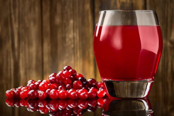 клюквенный сок и ягодка