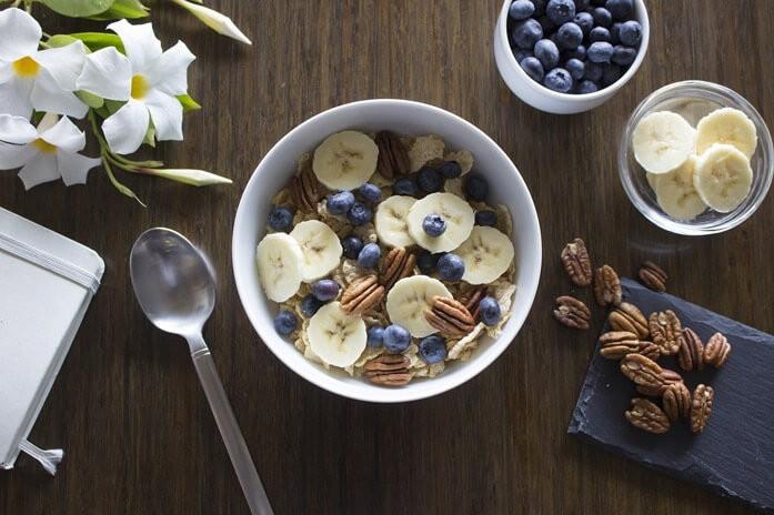 диетическая каша с бананами, черникой и пеканом