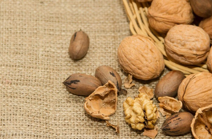 пеканы и грецкие орехи россыпью