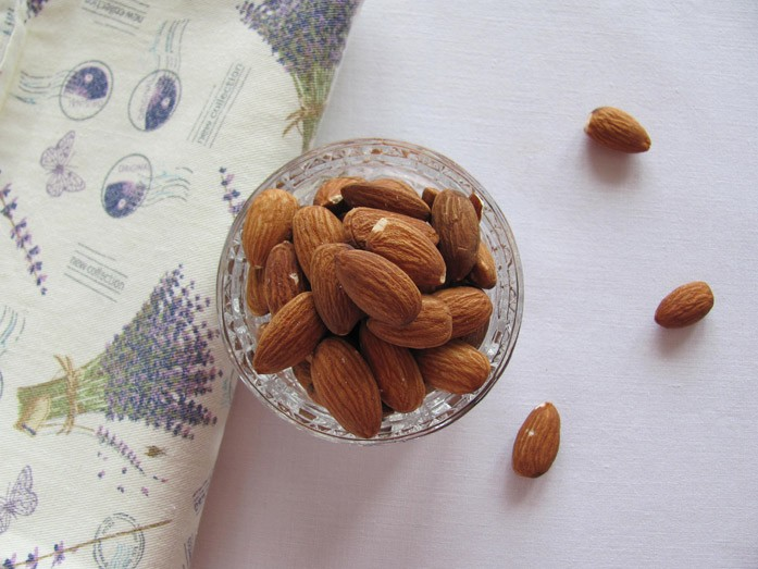 Очищенные миндальные орешки в вазочке