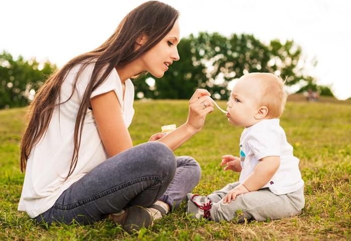 малыш ест пюре с кроликом