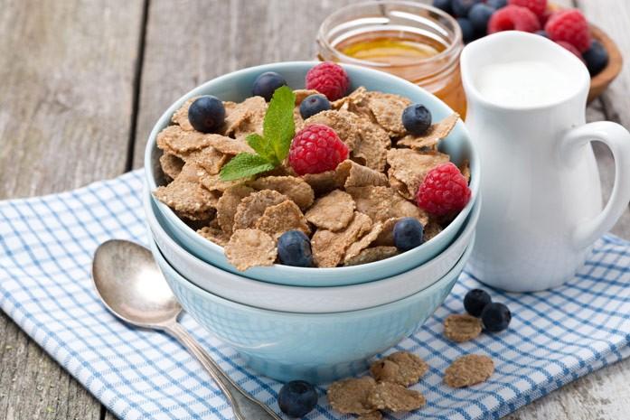 гречневые хлопья с ягодами на завтрак