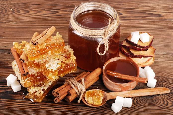 Стебельки коричные, мёд в сотах и в баночке и горшочек с мёдом и корицей