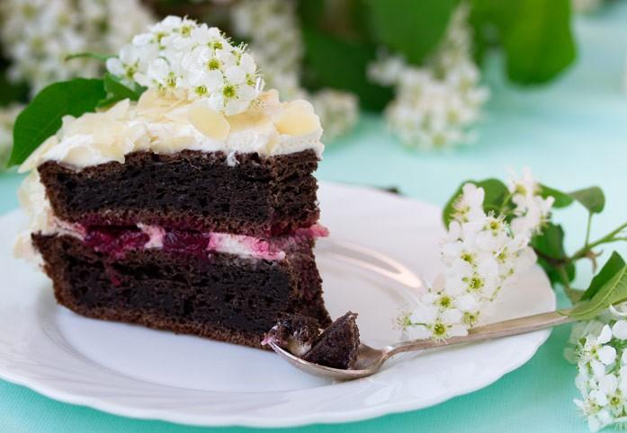 Кусочек торта из черёмуховой муки
