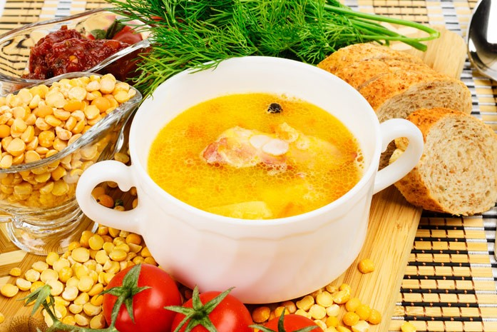Тарелка супа из гороха и копчёностей