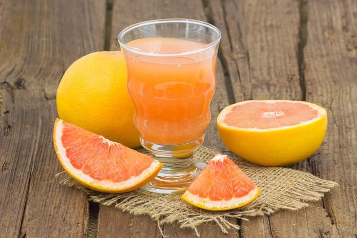 Свежевыжатый сок грейпфрута в бокале