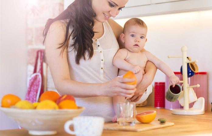 Мама делает грейпфрутовый сок для ребёнка