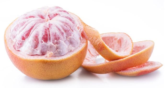Снимаем кожицу с грейпфрута
