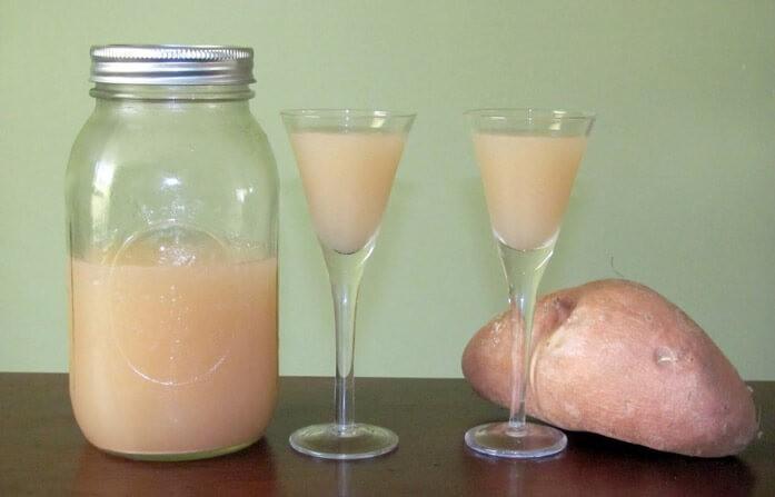 бокалы с целебным картофельным соком и банка впрок