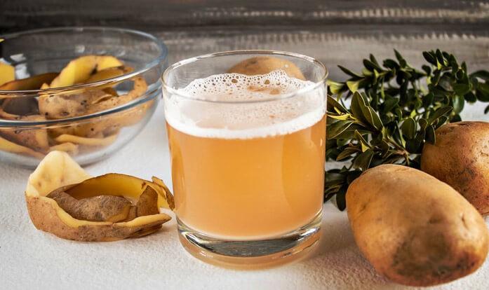 свежевыжатый картофельный сок на столе