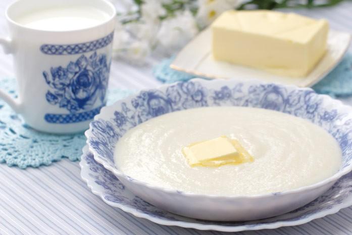 Завтрак с манной кашей на молоке с маслом