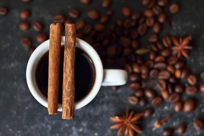 кофе и две палочки корицы