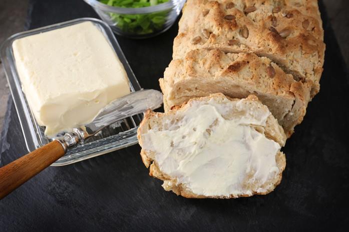 Масло из козьего молока с хлебом