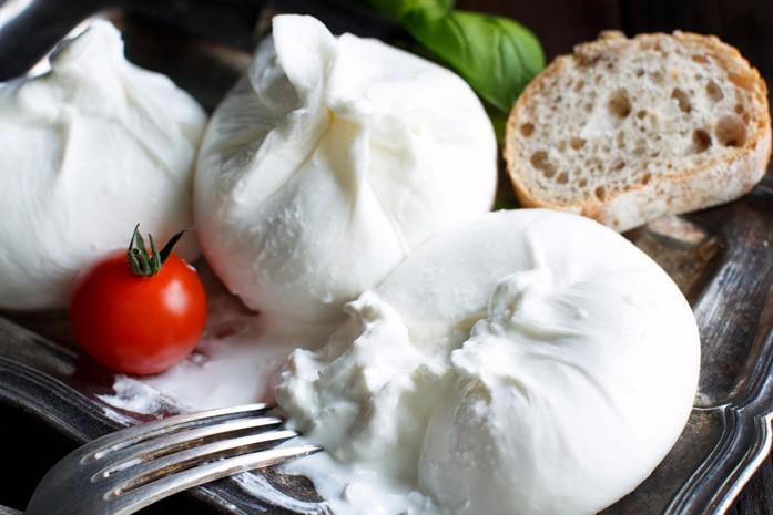 Аппетитный сыр буррата с помидоркой и хлебом