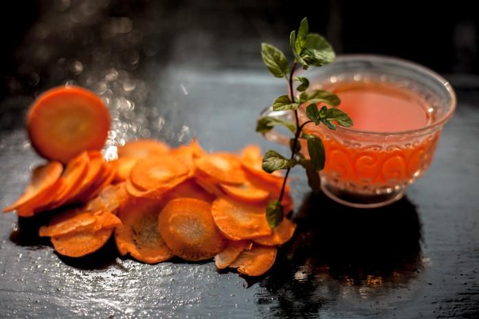 Морковный чай с листиками мяты