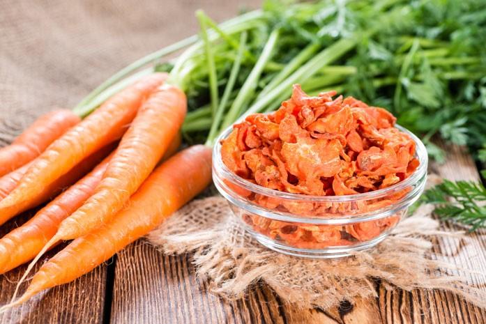 Нарезанная из свежей моркови заготовка для чая