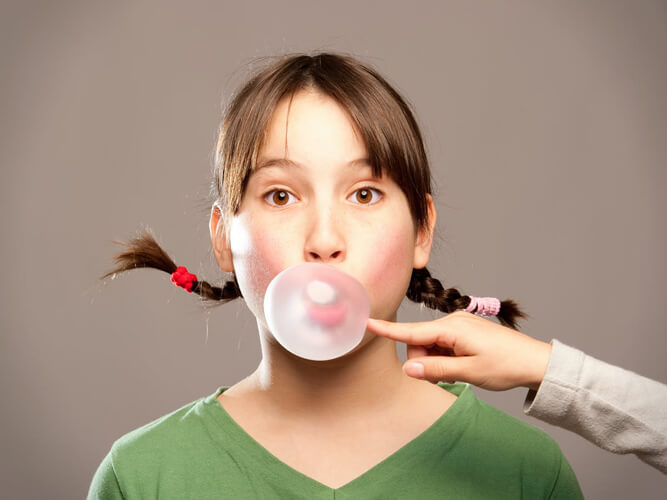 девочка подросток жует жвачку